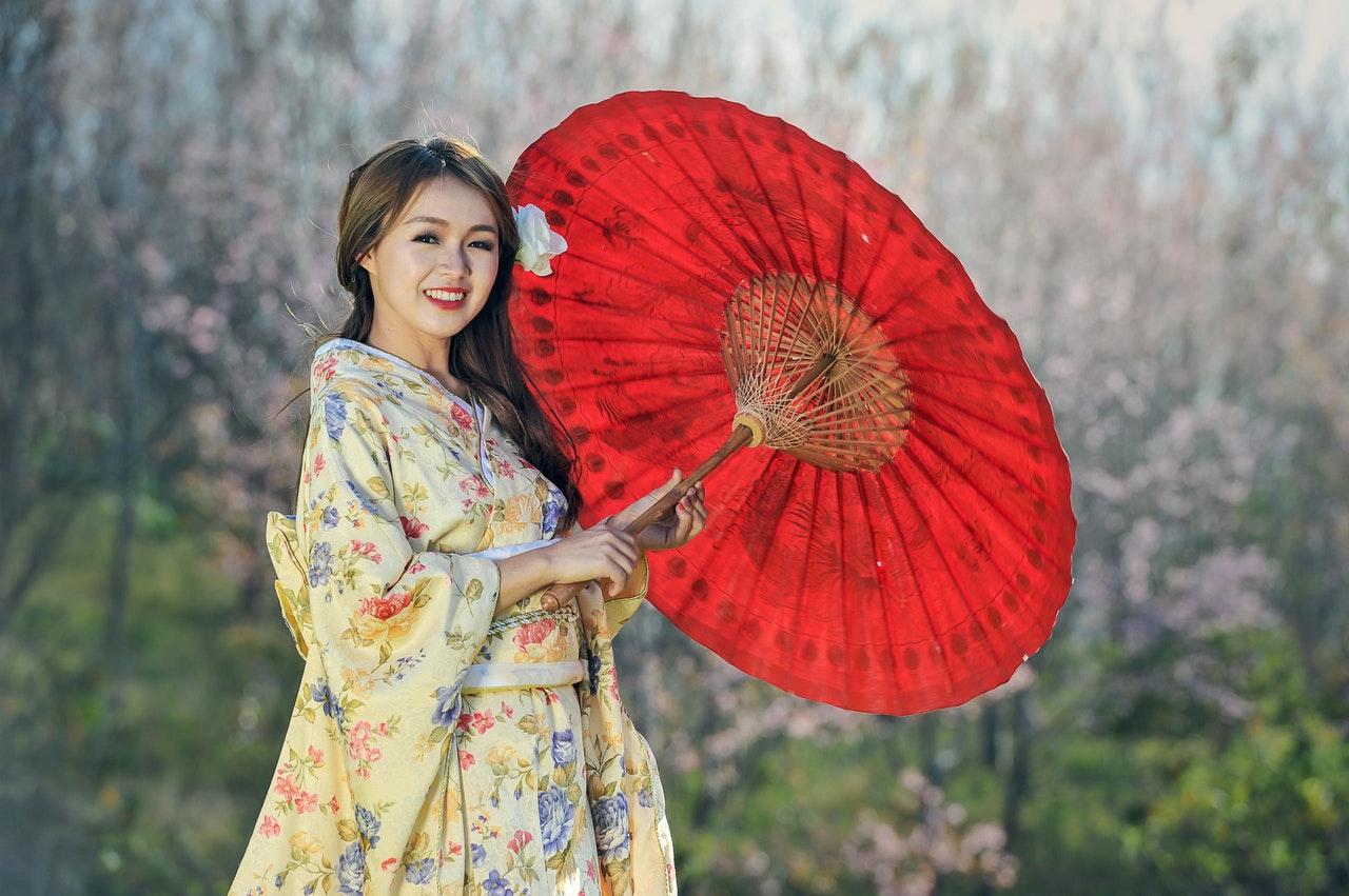 chica asiatica con parasol rojo japones