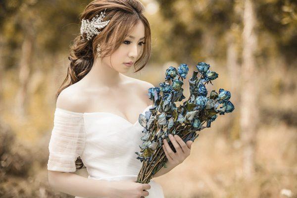 Mujer Asiática de Bello Rostro en el Bosque
